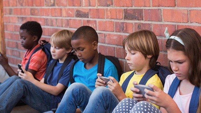 Những đứa trẻ đang dùng điện thoại