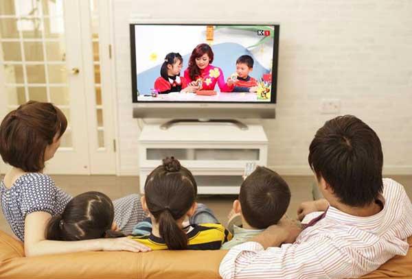 gia đình đang ngồi xem quảng cáo truyền hình